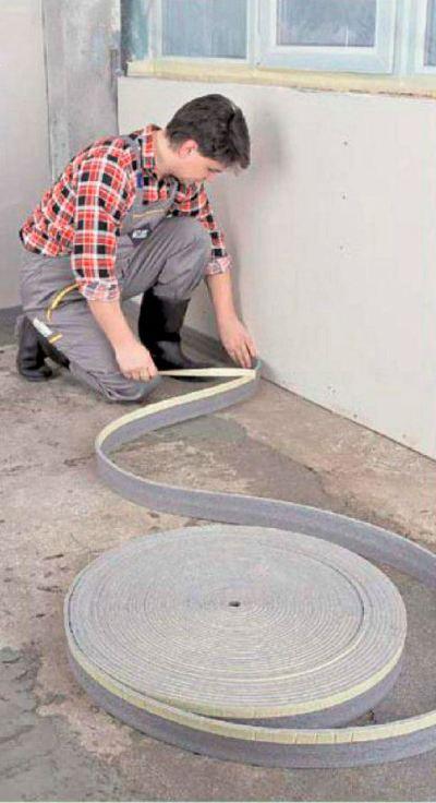 Компенсационную ленту нужно уложить повдоль стенок, вокруг лестниц и опор