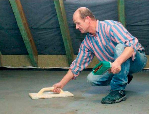 Классические цементные стяжки затираются железными, древесными либо обернутыми в фетр гладилками