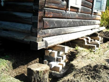 фундамент под старенькым древесным домом
